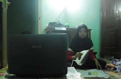 setrika-sambil-nonton-pakai-laptop-asus