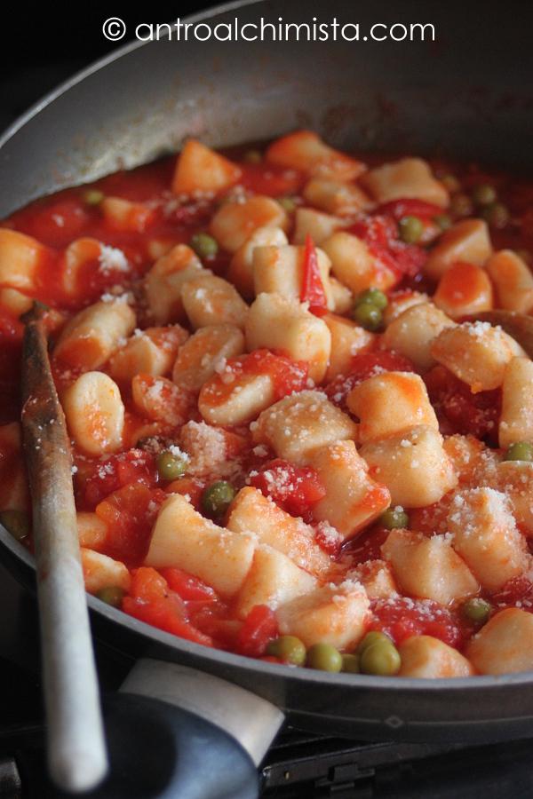 Gnocchi di Ricotta con Sugo di Pomodori, Piselli e Basilico