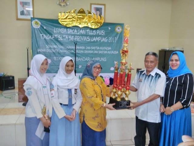 Qori Nuraini Juara I Lomba Baca Puisi STKIP PGRI Bandar Lampung
