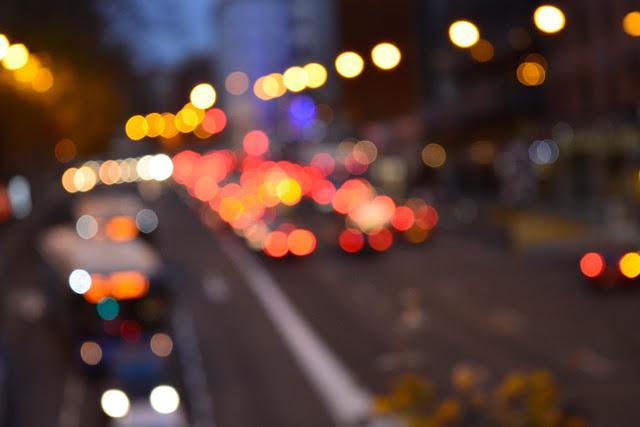 Luces de los coches al atardecer en una ciudad