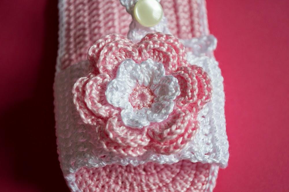 Sandalia rosa con flor de ganchillo para bebé