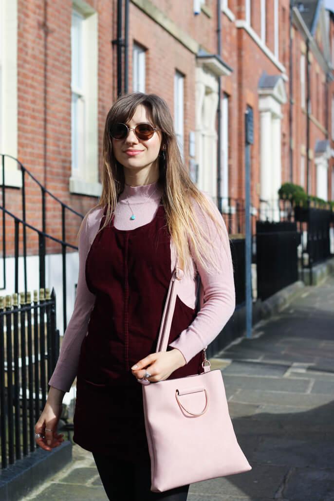 Fashion blogger wearing glasses