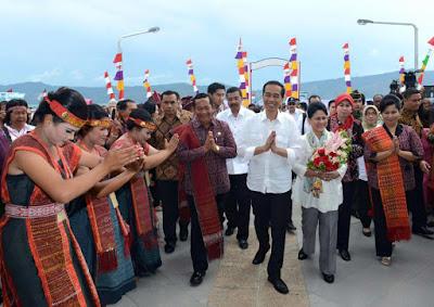 Presiden Joko Widodo dan Ibu Negara Iriana Disambut meriah di acara Karnaval Kemerdekaan Pesona Danau Toba