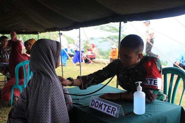 Peduli Kesehatan Masyarakat, Yonif Raider 321 Kostrad Gelar Pengobatan Massal di Majalengka