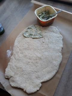 ziołowy chleb domowy z masłem pietruszka koperek czosnek cebula