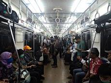 Mempersilakan Orang Lain Duduk Ketika Ada Kursi Kosong Di Commuter Line