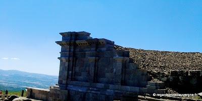 Les ruines du  temple Wasso en reconstruction au sommet du Puy-de-Dôme