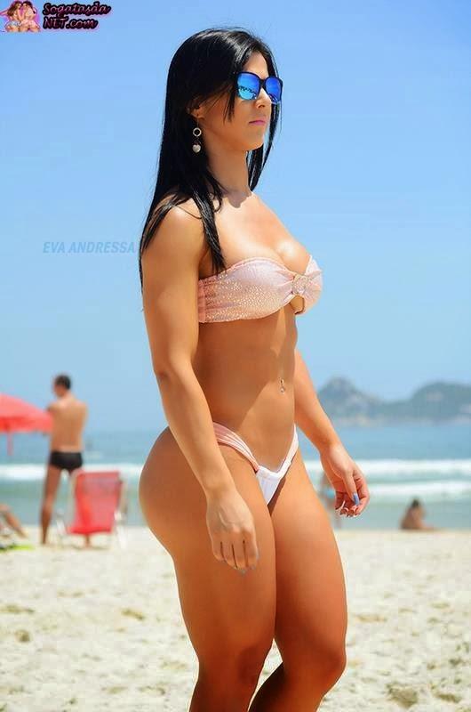 Eva Andressa na praia de biquíni branco
