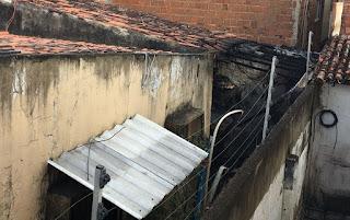 Incêndio provocado por botijão de gás destrói parte de casa em Campina Grande