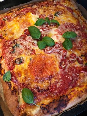 Leckere Pizza mit Käserand