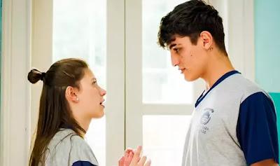 Tatoo (Caian Zattar) avisa para Anjinha (Caroline Dallarosa)