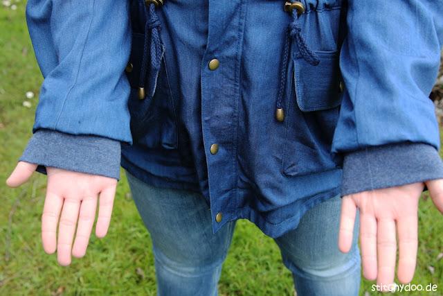 stitchydoo: Wind & Wetter Parka aus blauem Tencel-Chambray in Jeansblau mit versteckten Ärmelbündchen