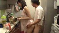 เมียคบชู้!! แอบเอากับน้องชายผัว ลักเย็ดเล่นชู้กันในครัวตอนสามีเมาหลับ