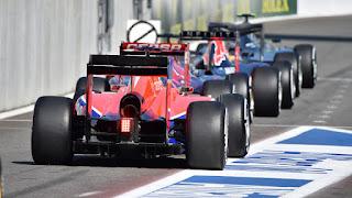 Benahi-Start-Mercedes-Sampai-Ubah-Sarung-Tangan-Hamilton-dan-Rosberg