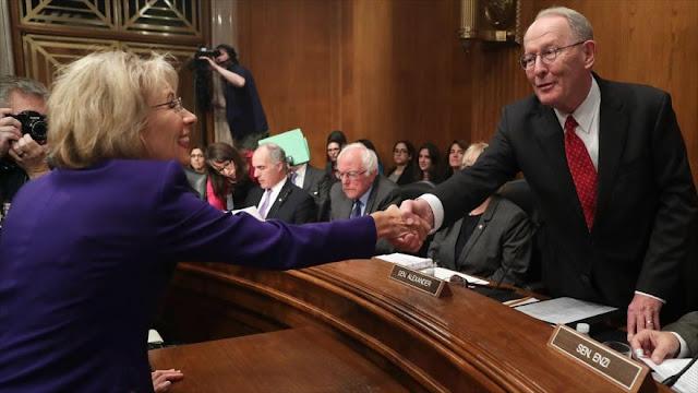 Secretaria de Educación de Trump donó a senadores que la apoyaron