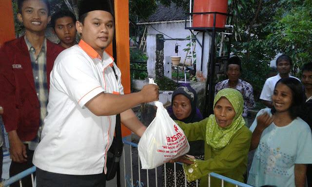 Team Lazismu Jember dan Kader IMM menyerahkan Sembako