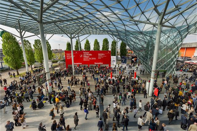 Foto onde aparece uma parte do espaço do evento. A foto é da vista superior e aparece muitas pessoas chegando no local.