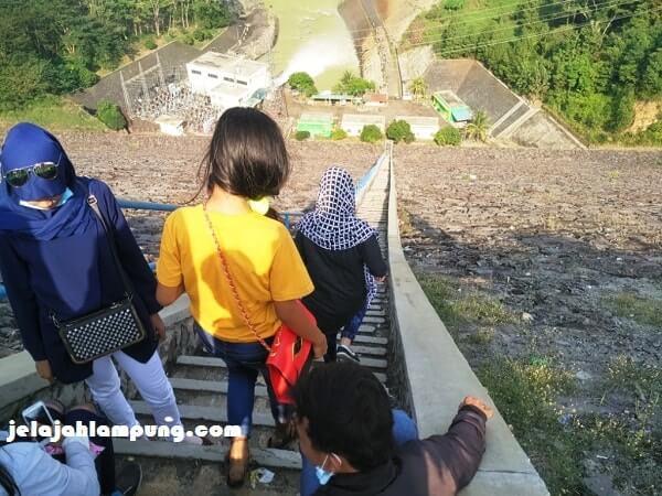 tangga menurun menuju PLTA Batutegi