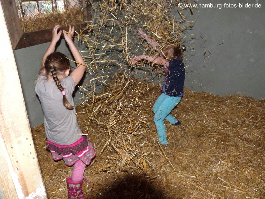 Kinder spielen im Stroh, Stroh Hopsen, Strohschlacht