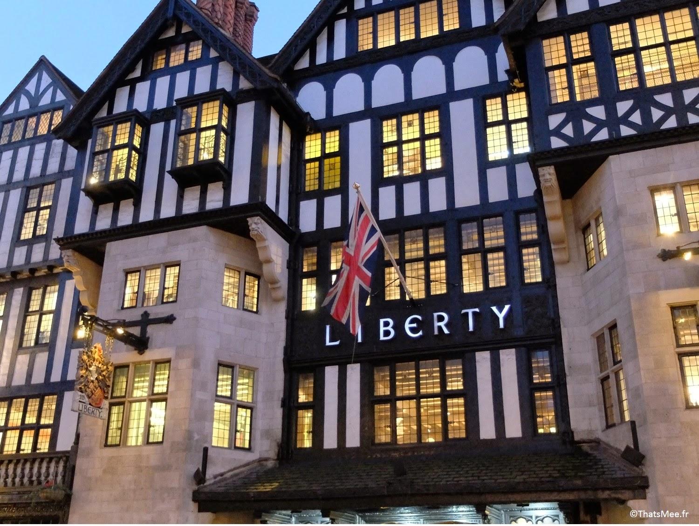 Magasin Liberty London Regent Street Londres façade style Tudor drapeau Union Jack