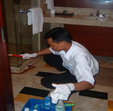 Public Area Attendant memilih bahan pembersih