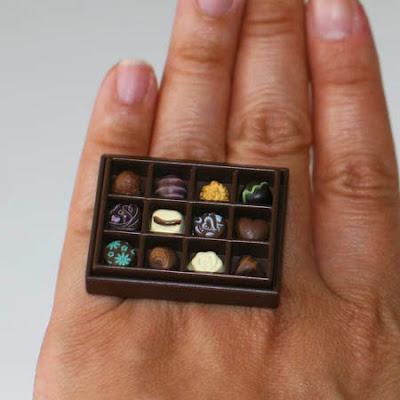 Anillo con cajita de chocolates