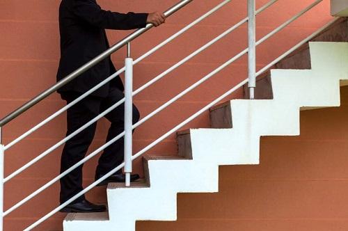 menggunakan tangga di kantor