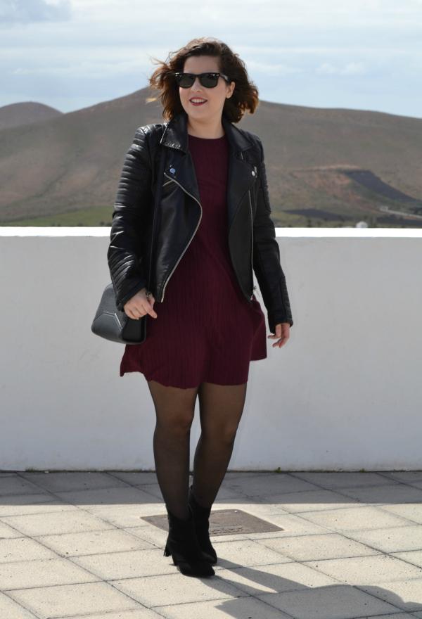 look_vestido_burdeos_cazadora_negra_botines_borlas_zara_lolalolailo_04