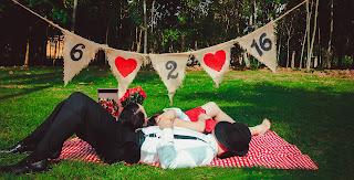 Ein Liebespaar liegt auf einer Decke auf der Wiese