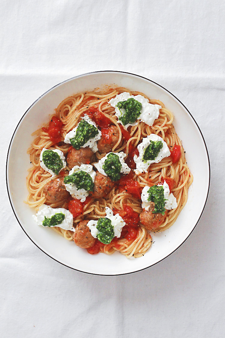 Spaghetti mit Fleischbällchen aus Salsicce, Tomaten und Bärlauchpesto. Darüber zerfließt cremige Burrata – klick hier für Dein neues Lieblings-Pasta-Rezept von Arthurs Tochter, dem besten Foodblog aus Rheinhessen. #pasta #kinder #familie #rezept #fleischbällchen #salsicce #salsiccia #italienisch #hackbällchen #einfach #schnell #sommer #tomatensoße #bärlauch #pesto #spaghetti #soße #carbonara #sauce #beste #burrata #käse #foodstyling #foodblog #foodphotography #bolognese
