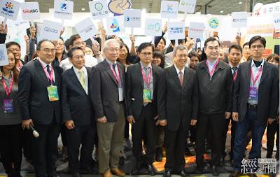 副總統陳建仁(前排右三)參觀「智慧城鄉主題館」