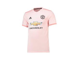 jersey away Manchester United yang berwarna pink