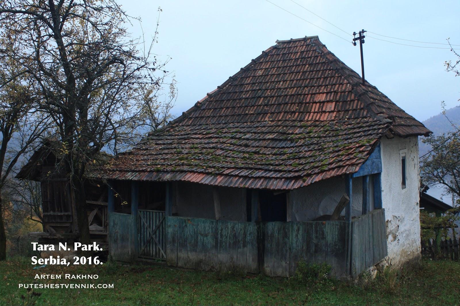 Старая крыша с черепицей в сербской деревне
