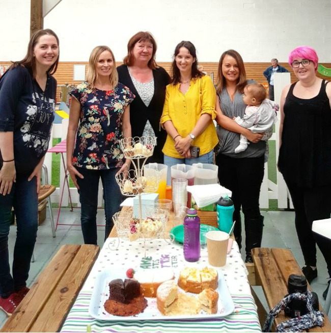 the-worlds-largest-coffee-morning-with-macmillan-and-friends-group-photo