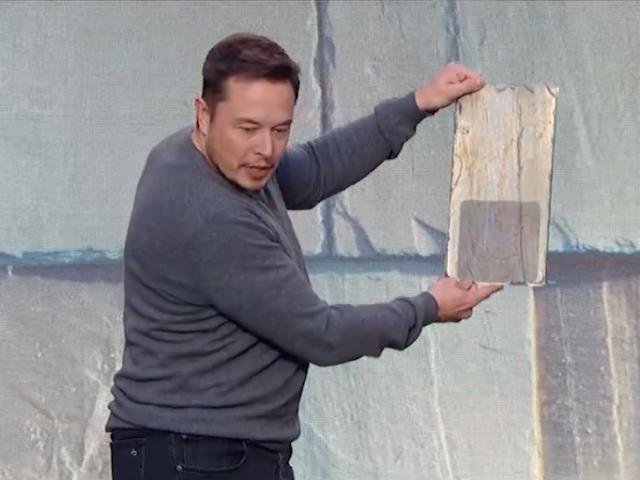 Elon Musk dice que su techo solar costaría menos uno regular