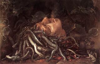 testa femminile adagiata sulla propria chioma costituita di serpenti