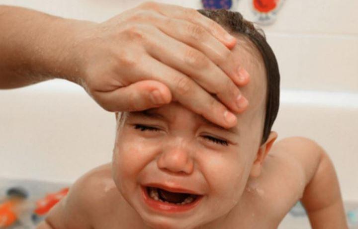 Garoto de 2 anos perde a vida, após seu pai usar uma compressa de álcool para baixar sua febre-pai-filho-recem-nascido-bebê-febre infantil