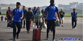 Bobotoh Sambut Kedatangan Tim Persib Bandung di Bandara Husein