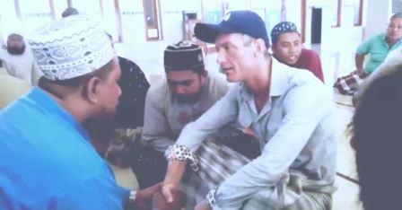 Heboh, Bule Dengar Azan lalu Masuk Islam