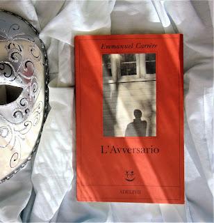 L'avversario Emmanuel Carrere Felice con un libro