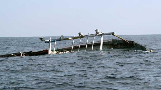 """Ambon, Malukupost.com - Sebanyak dua penumpang KM Camar Laut03 yang tenggelam di perairan Desa Algadang, Kabupaten Kepulauan Aru pada Minggu (26/11) Pukul 02.00 WIT, hingga saat ini belum ditemukan. Kapolres Kepulauan Aru, Adolf Bormasa, di Ambon, Jumat (22/12), membenarkan, dua penumpang berjenis kelamin pria itu belum ditemukan. """"Saya tidak menghafal identitasnya, pastinya dua pria yang belum ditemukan,"""" ujarnya."""