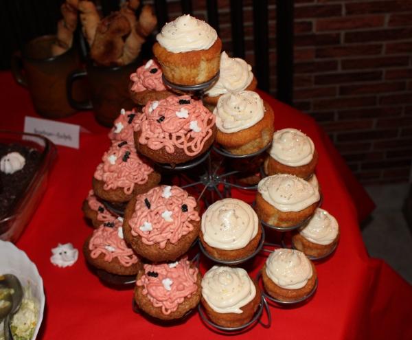 Cupcakes - höllisch mit rosa Sahne-Gedärmhäufchen, himmlisch mit Glitzer und Perlen