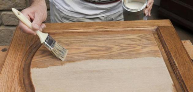 طريقة تلميع الخشب بالورنيش