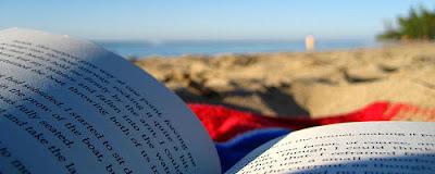 Foto di un libro aperto sulla spiaggia