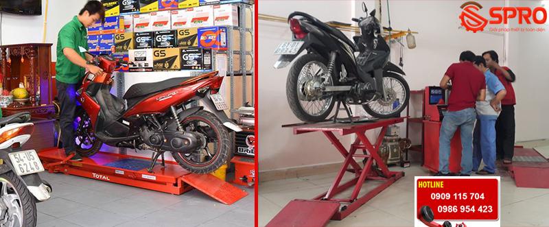 bàn nâng xe máy cơ đạp chân phù hợp với tiệm sửa xe, head Honda