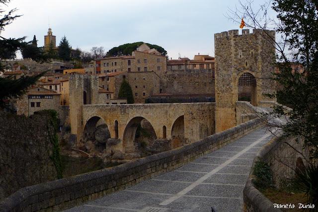 Puente románico fortificado