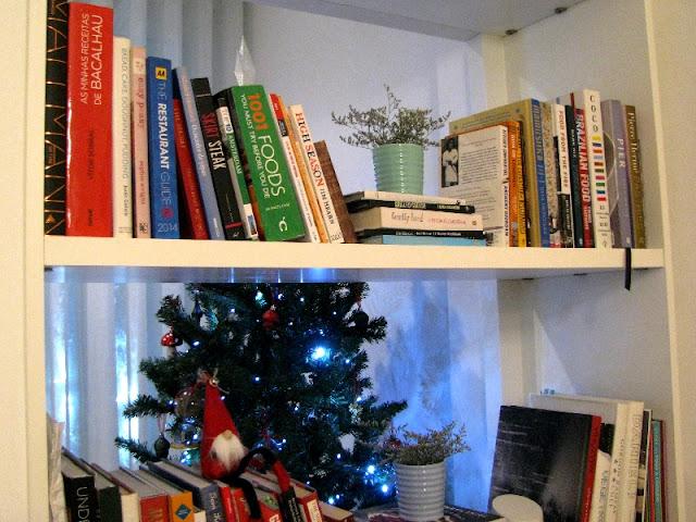 estante de livros e decoração de natal