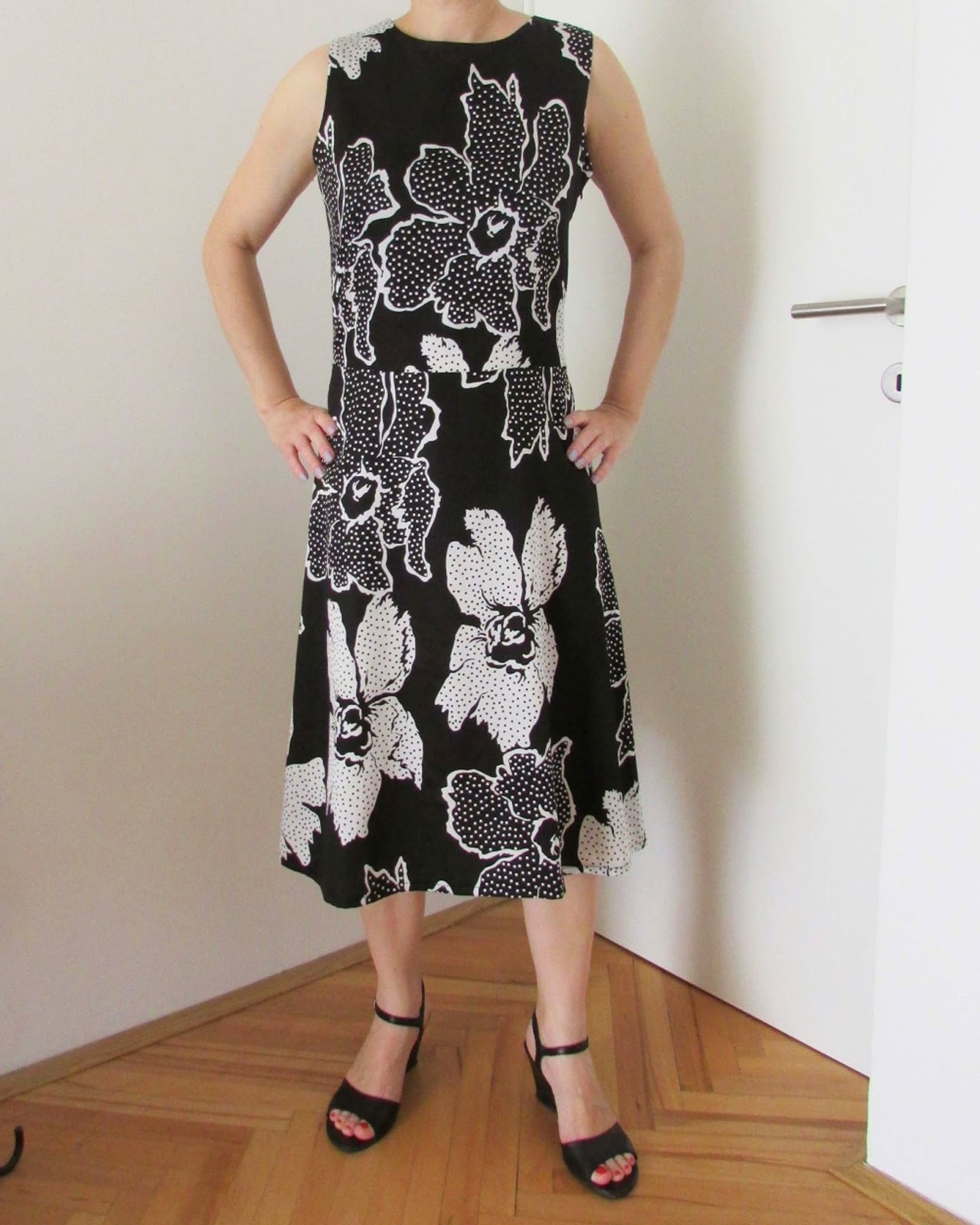 http://ladylinaland.blogspot.com/2014/07/black-and-white-dress.html