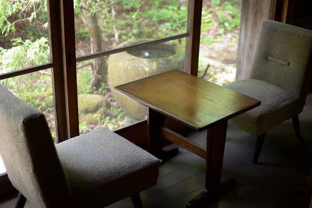 Swan鵝牌極致鵝絨日式刨冰 鵝絨雪花冰  雪松林裡的療癒咖啡館|如花瓣朝露般的鵝絨冰 吹上の森 吹上の森的窗邊座席,在骨董桌椅上享受窗外森林庭園景物-swan-kakigori-fukiagenomori-cafe-historical-wooden-house-windowseat