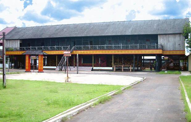 Rumah Adat Kalimantan Barat Rumah Panjang Gambar Dan